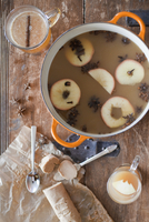 Making a mulled fruit drink. Apples in spices in wine 11093002601| 写真素材・ストックフォト・画像・イラスト素材|アマナイメージズ