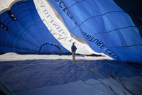 Man standing inside a partially inflated hot air balloon. 11093004069| 写真素材・ストックフォト・画像・イラスト素材|アマナイメージズ