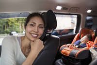 A mother and her young baby boy in a car.  11093004120| 写真素材・ストックフォト・画像・イラスト素材|アマナイメージズ