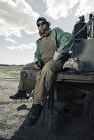 A welder seated on a truck with his gear beside him. 11093005578| 写真素材・ストックフォト・画像・イラスト素材|アマナイメージズ