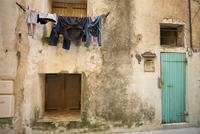 Laundry drying on a washing line outside a house in Bonifacio on Corsica. 11093005797| 写真素材・ストックフォト・画像・イラスト素材|アマナイメージズ