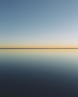 The view to the clear line of the horizon where land meets sky, across the flooded surface of Bonneville Salt Flats. Dawn light, 11093007462| 写真素材・ストックフォト・画像・イラスト素材|アマナイメージズ