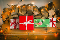 Christmas decorations. Gift boxes tied with a ribbon and fairy lights. 11093009409| 写真素材・ストックフォト・画像・イラスト素材|アマナイメージズ