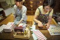 A small artisan producer of specialist treats, sweets called wagashi. Two women working packing sweet boxes for delivery.  11093012364| 写真素材・ストックフォト・画像・イラスト素材|アマナイメージズ