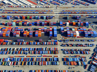 Aerial view of the container port at San Pedro in Los Angeles, with containers awaiting loading. A commercial freight dockyard. 11093013540| 写真素材・ストックフォト・画像・イラスト素材|アマナイメージズ