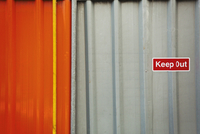 A fence of corrugated iron, a construction site boundary. Safety notices. 11093014407| 写真素材・ストックフォト・画像・イラスト素材|アマナイメージズ