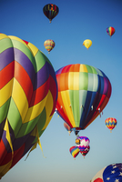 Clear blue sky with colourful hot air balloons. 11093015168| 写真素材・ストックフォト・画像・イラスト素材|アマナイメージズ