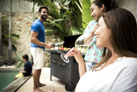 A family holding a barbecue by a swimming pool. 11093016446| 写真素材・ストックフォト・画像・イラスト素材|アマナイメージズ