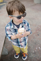 High angle view of young boy with brown hair wearing sunglasses and checkered shirt, holding ice cream cone. 11093017461| 写真素材・ストックフォト・画像・イラスト素材|アマナイメージズ