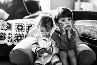 Two children, brother and sister, sitting on an armchair together. 11093018636| 写真素材・ストックフォト・画像・イラスト素材|アマナイメージズ