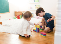 Toddler, girl, and child, boy playing with building blocks. 11093018679| 写真素材・ストックフォト・画像・イラスト素材|アマナイメージズ