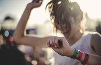 Young woman with long brown hair at a summer music festival dancing. 11093018792| 写真素材・ストックフォト・画像・イラスト素材|アマナイメージズ