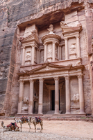 Exterior view of the rock-cut architecture of Al Khazneh or The Treasury at Petra, Jordan. 11093019408| 写真素材・ストックフォト・画像・イラスト素材|アマナイメージズ