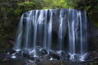 Long exposure of rocky waterfall in forest. 11093019650| 写真素材・ストックフォト・画像・イラスト素材|アマナイメージズ