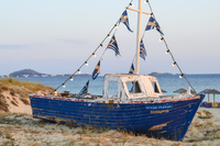 Traditional old blue fishing boat on a beach, island of Naxos, Greece. 11093020178| 写真素材・ストックフォト・画像・イラスト素材|アマナイメージズ