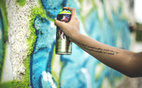 Close up of a person spray painting a graffiti  tag onto a wall. 11093020343| 写真素材・ストックフォト・画像・イラスト素材|アマナイメージズ