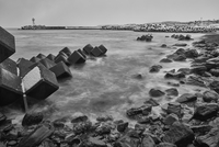 Snow-covered wave breakers on a rocky beach in winter. 11093022771| 写真素材・ストックフォト・画像・イラスト素材|アマナイメージズ