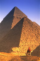 Person on camel in front of Egyptian pyramids. 11093022895| 写真素材・ストックフォト・画像・イラスト素材|アマナイメージズ