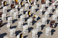High angle view of rows of roofed wicker beach chairs on a sandy beach. 11093022904| 写真素材・ストックフォト・画像・イラスト素材|アマナイメージズ