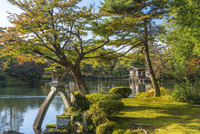 Landscape garden in autumn, with trees and pond, a boathouse in the distance. 11093023152| 写真素材・ストックフォト・画像・イラスト素材|アマナイメージズ