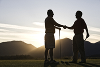 Two senior friends approach the first tee of a golf course at sunrise. 11093024308| 写真素材・ストックフォト・画像・イラスト素材|アマナイメージズ