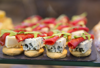 Close up of selection of canapes with blue cheese and garnish. 11093024984| 写真素材・ストックフォト・画像・イラスト素材|アマナイメージズ