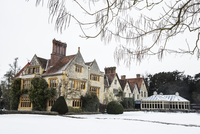 Historic 17th century manor house with tall chimneys, a hotel with snow covered grounds in winter. 11093025623| 写真素材・ストックフォト・画像・イラスト素材|アマナイメージズ