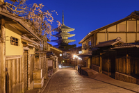 Traditional houses lining a narrow street with a pagoda in the distance, Higashiyama at night, Kyoto, Japan. 11093028086| 写真素材・ストックフォト・画像・イラスト素材|アマナイメージズ