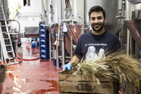 Man carrying box with barley in beer factory 11094002809| 写真素材・ストックフォト・画像・イラスト素材|アマナイメージズ