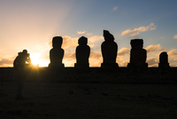 Chile, Easter Island, Man taking pictures of Moais at sunset 11094010695| 写真素材・ストックフォト・画像・イラスト素材|アマナイメージズ