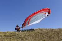 France, Bretagne, Landeda, Father and son with paraglider in 11094017445| 写真素材・ストックフォト・画像・イラスト素材|アマナイメージズ