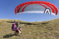 France, Bretagne, Landeda, Father and son with paraglider in 11094017449| 写真素材・ストックフォト・画像・イラスト素材|アマナイメージズ