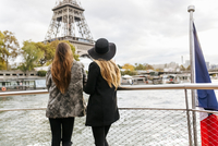 Paris, France, two tourists taking a cruise on Seine River w 11094023123| 写真素材・ストックフォト・画像・イラスト素材|アマナイメージズ