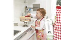 Mother and little daughter baking cake together in their kit 11094024277| 写真素材・ストックフォト・画像・イラスト素材|アマナイメージズ