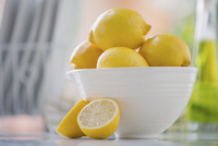 White bowl filled with lemons on counter. 11096020883| 写真素材・ストックフォト・画像・イラスト素材|アマナイメージズ