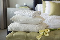 Pillow, blankets and lilies on footstool in bedroom 11096026287| 写真素材・ストックフォト・画像・イラスト素材|アマナイメージズ