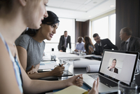 Architects video conferencing on laptop in conference room meeting 11096045419| 写真素材・ストックフォト・画像・イラスト素材|アマナイメージズ