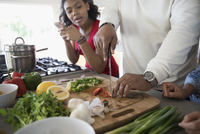 African American father and daughter cooking in kitchen 11096051680| 写真素材・ストックフォト・画像・イラスト素材|アマナイメージズ