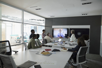 Architects video conferencing in conference room meeting 11096051938| 写真素材・ストックフォト・画像・イラスト素材|アマナイメージズ