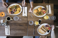 Overhead view family eating brunch at diner table 11096053552| 写真素材・ストックフォト・画像・イラスト素材|アマナイメージズ