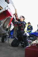 Mother and daughter fixing motorbike in driveway 11096056961| 写真素材・ストックフォト・画像・イラスト素材|アマナイメージズ