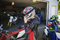 Mother and daughter putting on motorbike helmets in driveway 11096056969| 写真素材・ストックフォト・画像・イラスト素材|アマナイメージズ