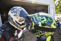 Mother and daughter face to face in motorbike helmets 11096056974| 写真素材・ストックフォト・画像・イラスト素材|アマナイメージズ