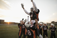 Teenage boy high school football players lifting celebrating, cheering teammate on football field 11096057319| 写真素材・ストックフォト・画像・イラスト素材|アマナイメージズ