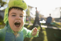 Close up playful, cute toddler boy wearing dinosaur costume, gesturing fiercely in backyard 11096057953| 写真素材・ストックフォト・画像・イラスト素材|アマナイメージズ