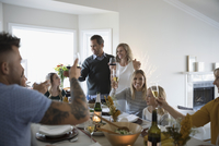 Family and friends toasting champagne and wine glasses at Thanksgiving dinner table 11096058013| 写真素材・ストックフォト・画像・イラスト素材|アマナイメージズ