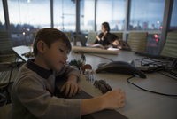 Boy playing with toys and dedicated mother architect working late in conference room 11096059503| 写真素材・ストックフォト・画像・イラスト素材|アマナイメージズ