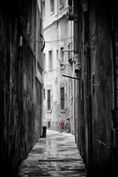 Red bicycle parked in narrow street 11098011768| 写真素材・ストックフォト・画像・イラスト素材|アマナイメージズ