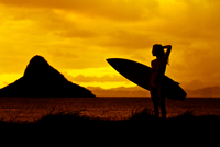 Silhouette of woman with surfboard against sunset sky, Oahu, Hawaii, USA 11098072757| 写真素材・ストックフォト・画像・イラスト素材|アマナイメージズ