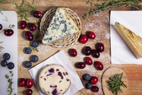 Berries and selection of cheese on cutting board 11100003992| 写真素材・ストックフォト・画像・イラスト素材|アマナイメージズ